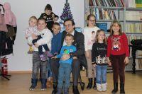 1-Direktor-Prof.dr.-Adamir-Jerkovic-sa-nasom-djecom--na-dodjeli-novogodisnjih-paketica